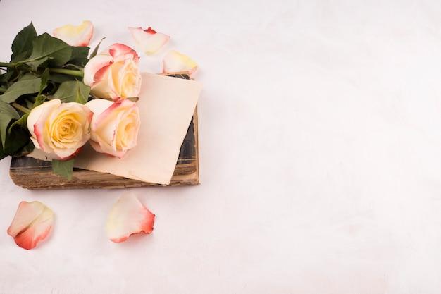 Bos van verse bloemen en vintage boek