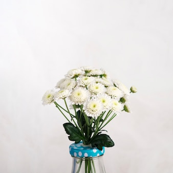 Bos van verse bloemen in vaas