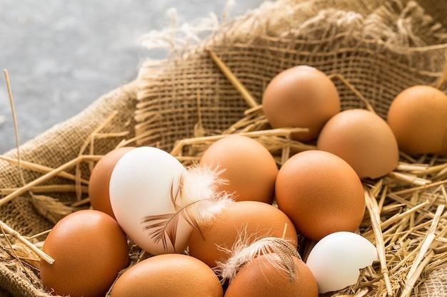 Bos van verse bruine eieren in een houten krat