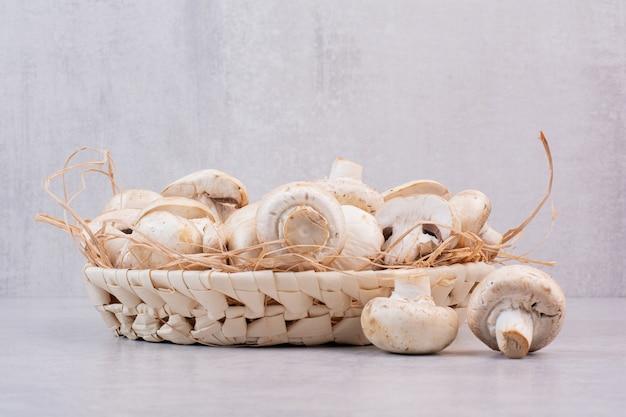 Bos van verse champignons in houten mand