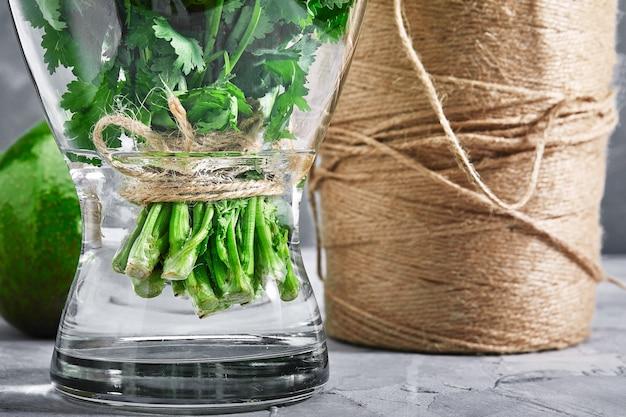 Bos van verse munt in een vaas met water. het concept van vers voedsel, verpakking en online levering van producten. kopieën van de ruimte.