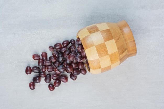 Bos van verse paarse druiven uit emmer. hoge kwaliteit foto