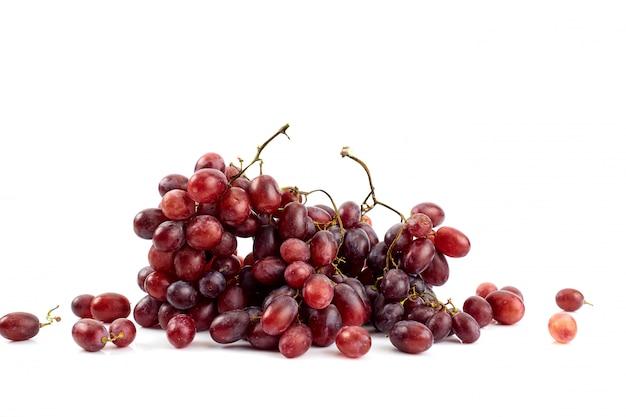 Bos van verse rijpe sappige druiven op wit