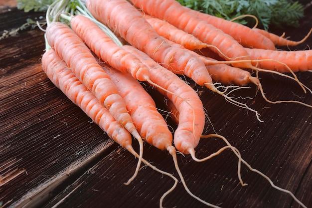 Bos van verse wortelen close-up