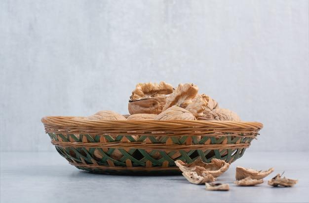 Bos van walnoten en pitten in ceramische kom
