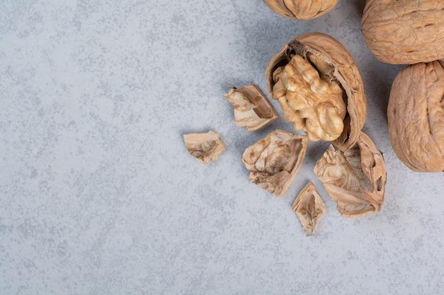 Bos van walnoten en pitten op stenen oppervlak