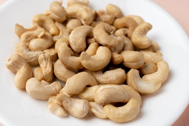 Bos van wat verse rauwe cashewnoten eten plat