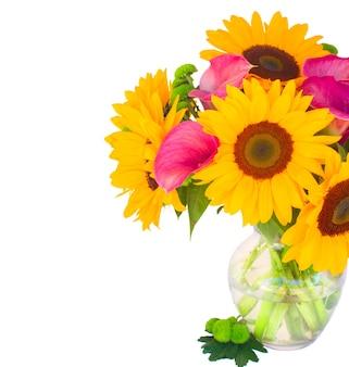 Bos van zonnebloemen, callas en moeders in glazen vaas close-up geïsoleerd