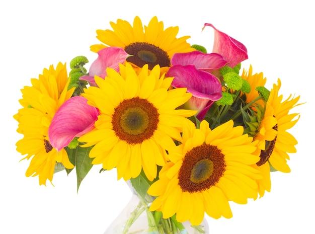 Bos van zonnebloemen en callas close-up geïsoleerd