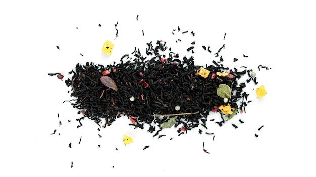 Bos van zwarte theeblaadjes met vruchten op witte achtergrond