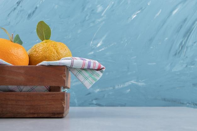Bos verse mandarijnen in houten kist