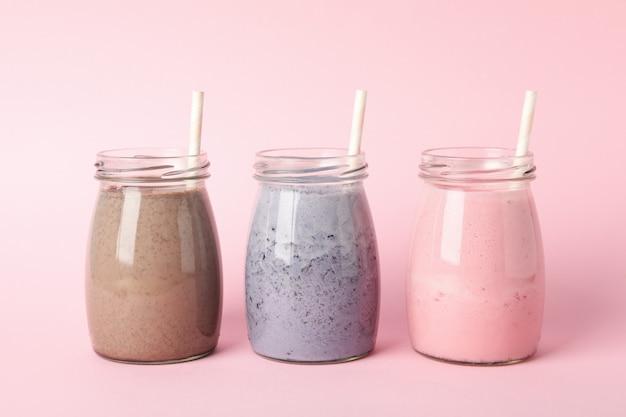 Bosbessen, aardbeien en chocolade milkshakes op roze