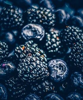 Bosbessen en bramen als fruit achtergrond gezond voedsel en bessensap veganistische snack en dieet n...