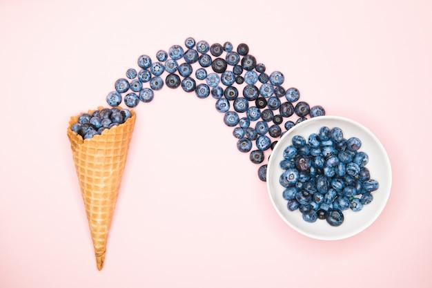 Bosbessen en hoorn. blueberry blast. foto van bosbessen in een wafel kegel. uitzicht van boven. product met hoge resolutie.