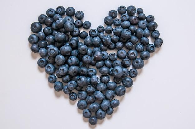 Bosbessen geïsoleerd op een witte achtergrond. blueberry grens ontwerp. rijpe en sappige vers geplukte bosbessen close-up. copyspace. bovenaanzicht of vlakke lay