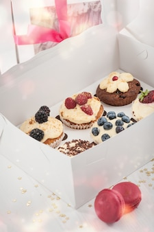 Bosbessen heerlijke cupcakes in een papieren doos