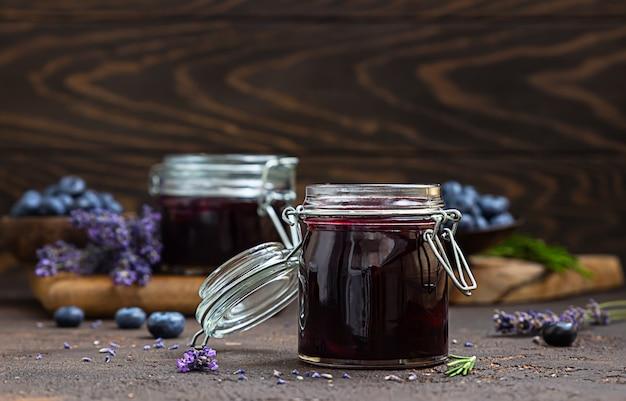 Bosbessen, lavendel en rozemarijnjam op een lichte achtergrond