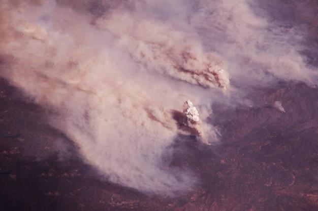 Bosbrand vanuit de ruimte elementen van deze afbeelding zijn geleverd door nasa