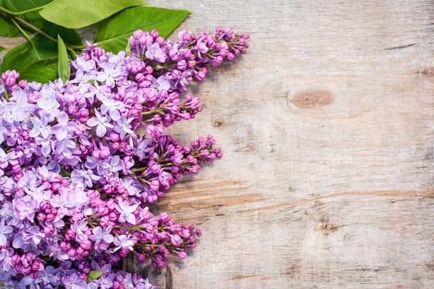 Bosjes lila op oud sjofel hout