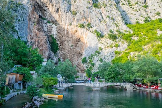 Bosnië en herzegovina blagaj-toeristen bezoeken de lokale watergrot in de rots
