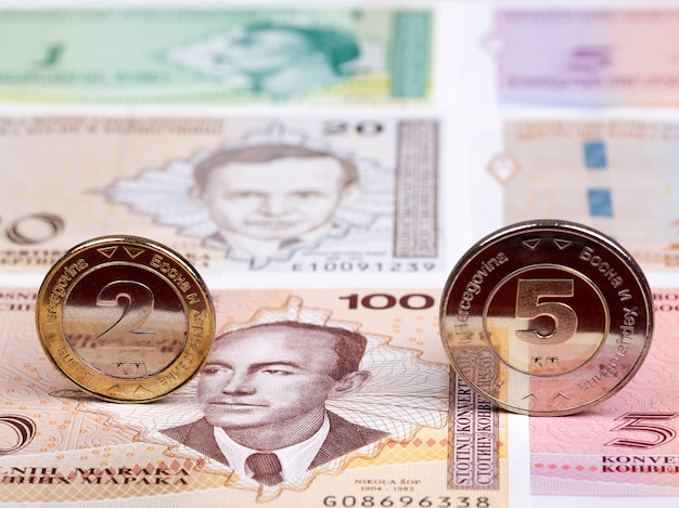 Bosnië-herzegovina munten op de achtergrond van geld