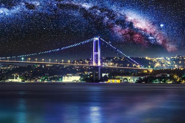 Bosporusbrug 's nachts istanbul turkije