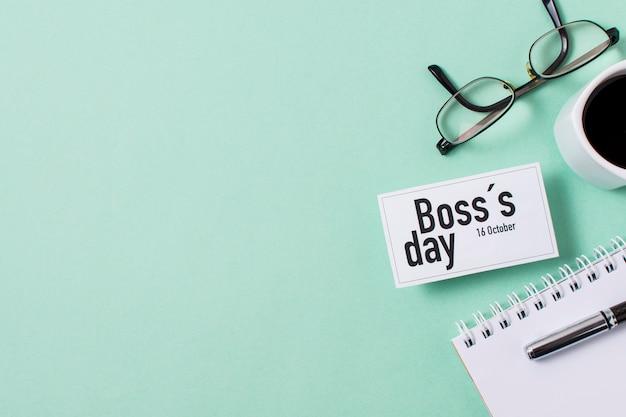 Boss's day assortiment op lichtblauwe achtergrond met kopie ruimte