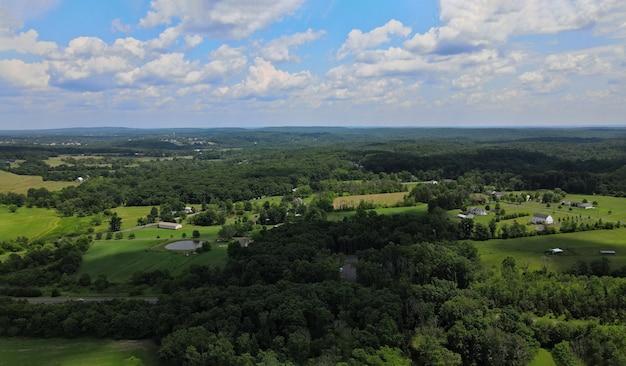 Bossen en velden van de boerderij in de bergen pocono of pennsylvania landschap panoramisch uitzicht op de prachtige blauwe lucht