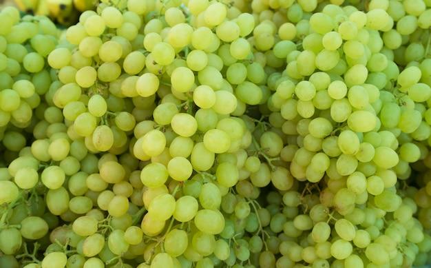 Bossen van groene druiven op een markt van de dienbladlandbouw