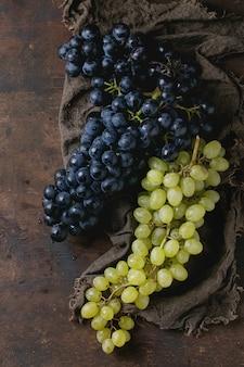 Bossen van rode en witte druiven
