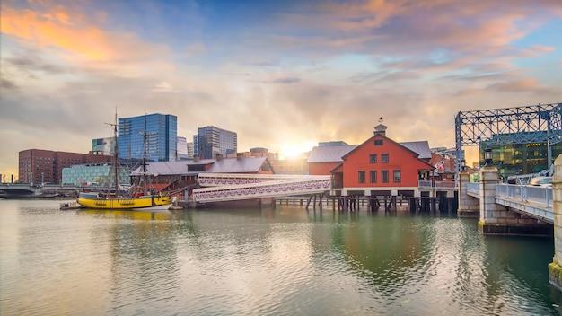 Boston harbor en financial district bij schemering, massachusetts in de vs