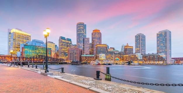 Boston harbor en financial district in de schemering, massachusetts