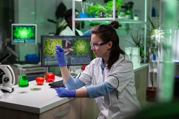 Botanicus onderzoeker arts analyseert glas met bladmonster