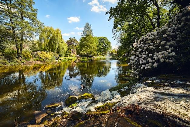 Botanische tuin van de universiteit in wroclaw, polen. de tuin is gebouwd op het kathedraaleiland (ostrow tumski)
