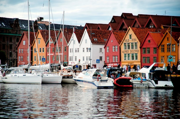 Boten afgemeerd in een haven, bryggen, bergen, noorwegen