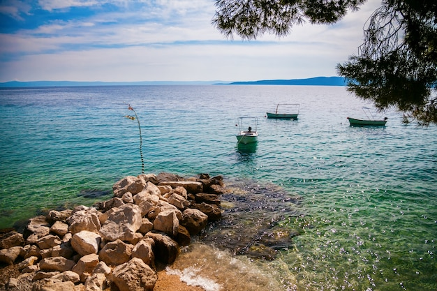 Boten die dichtbij de kust in brela, makarska riviera, kroatië drijven