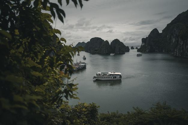 Boten die in ha long-baai vietnam varen