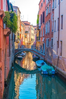 Boten in smalle grachten in venetië, italië.