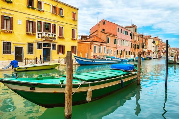 Boten op canal grande en basilica santa maria della salute in zonnige dag. venetië, italië