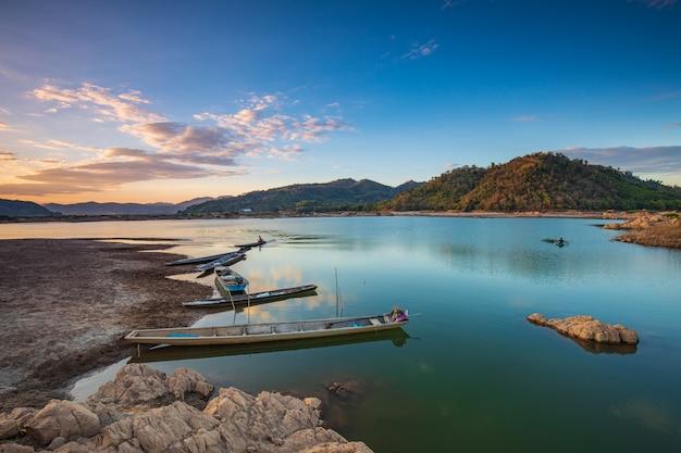 Boten op de rivier bij zonsopgang