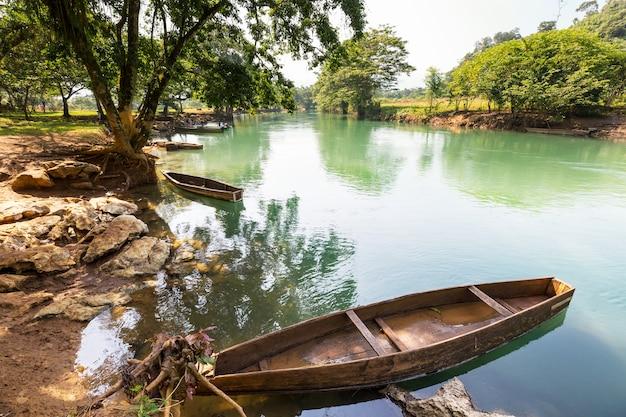 Boten op de rivier, guatemala