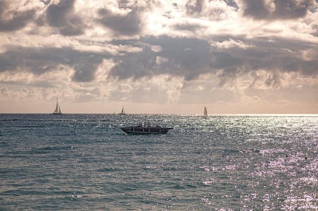 Boten op de zee aan de horizon in bayahibe, dominicaanse republiek
