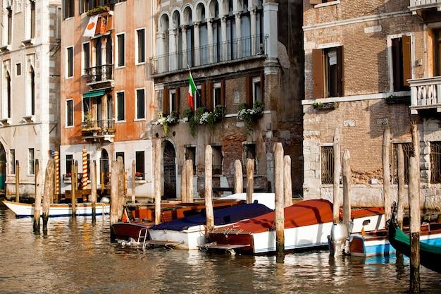 Boten parkeren in de stad venetië in italië