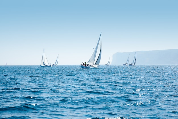 Boten varen regatta met zeilboten in de middellandse zee