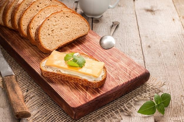 Boter en brood als ontbijt, met peterselie op rustieke houten ondergrond