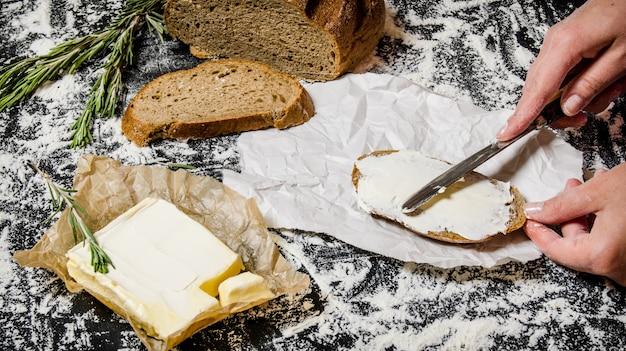 Boter maken van brood met boter op een bord met bloem.