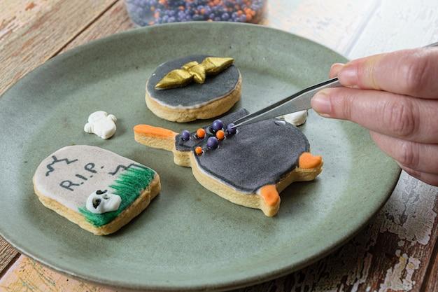 Boterkoekje, in de vorm van een ketel, door de bakker versierd met suikerbolletjes.