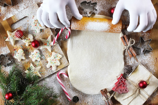 Boterkoekjes in verschillende vormen koken op een houten tafel met kerstaccessoires