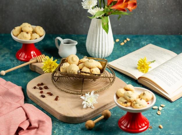 Boterkoekjes met rozijnen in vintage schotel worden geplaatst die