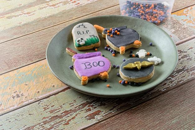 Boterkoekjes op een bord, gedecoreerd in het halloween-thema.